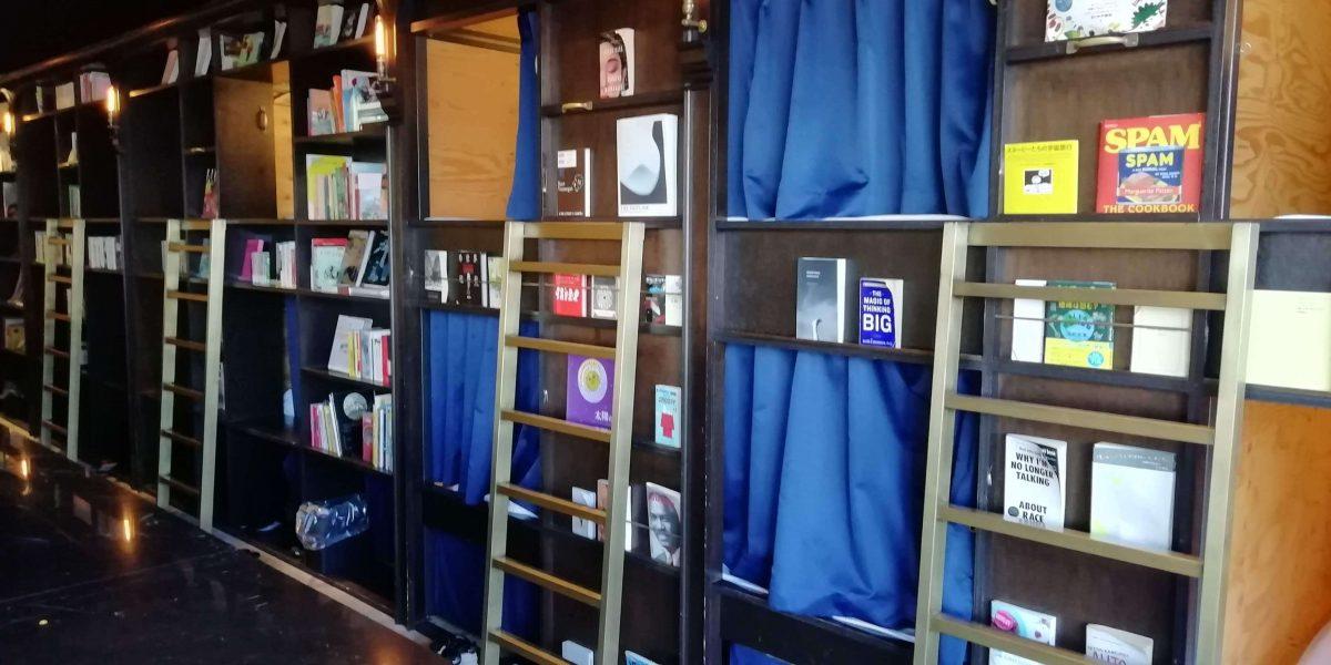 泊まれる本屋浅草の本棚
