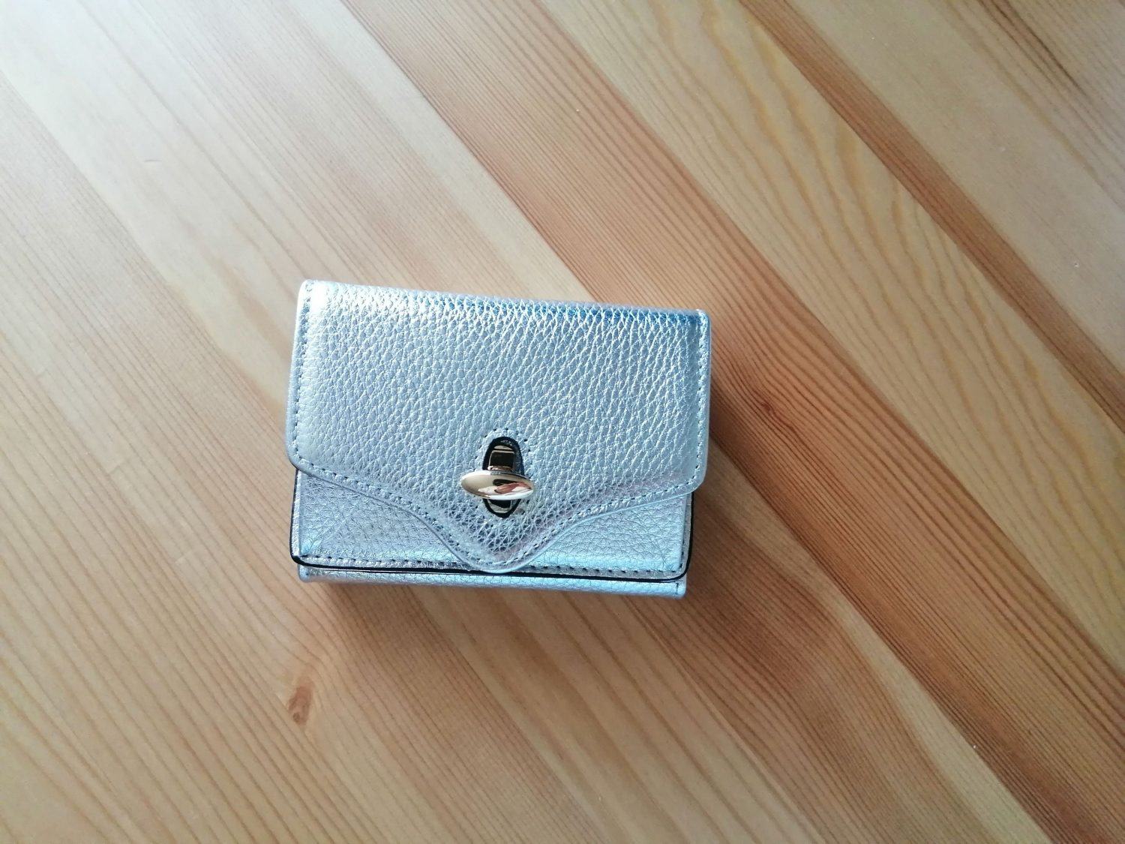 ハシバミ三つ折り財布はコンパクトサイズでミニマリストにおすすめ