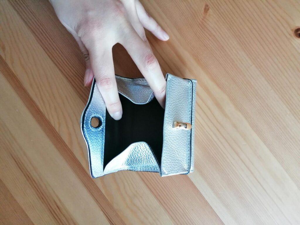 ハシバミ三つ折り財布の小銭入れはファスナーじゃなくて使いやすい