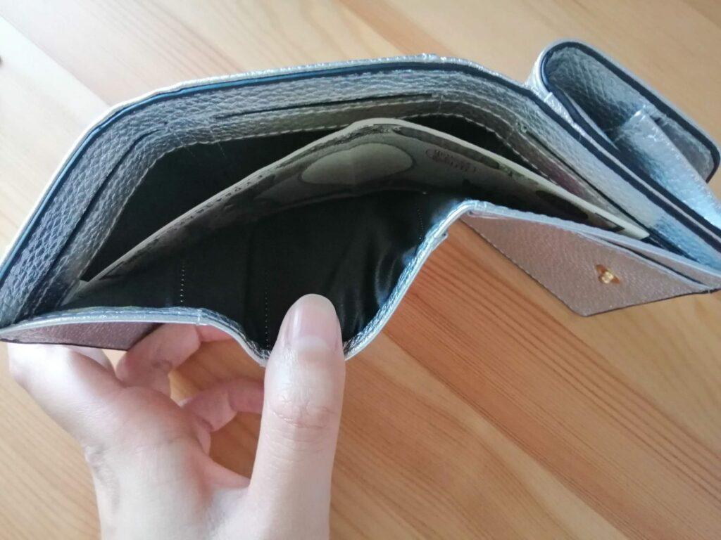 ハシバミ三つ折り財布のお札入れが幅広で使いやすい