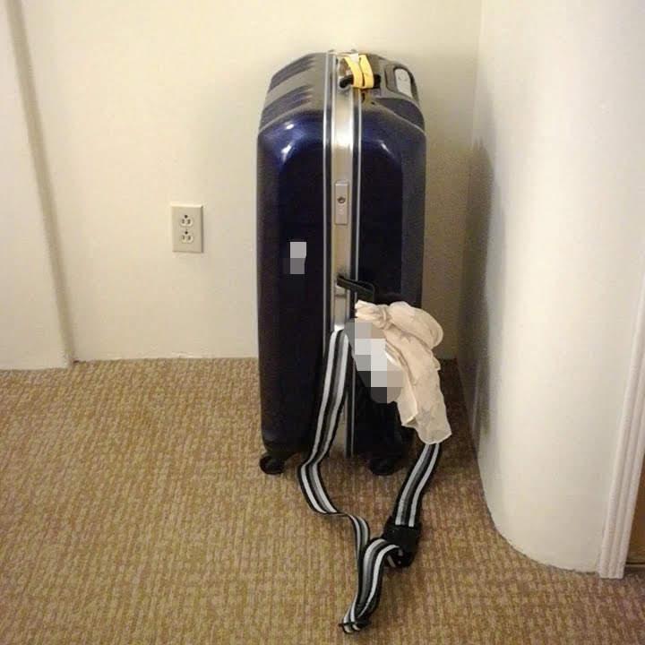 取り違え対策の目印をつけたスーツケース
